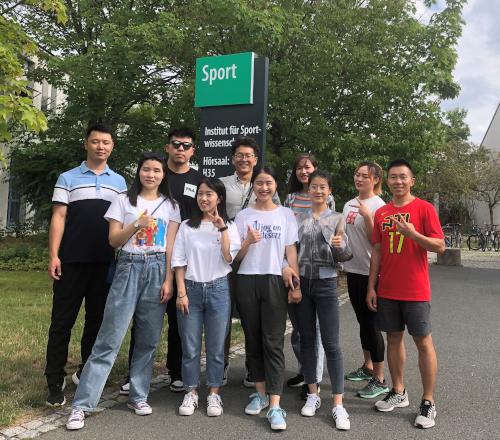 Die Austauschstudierenden der Shanghai University of Sport vor dem Bayreuther Sportinstitut